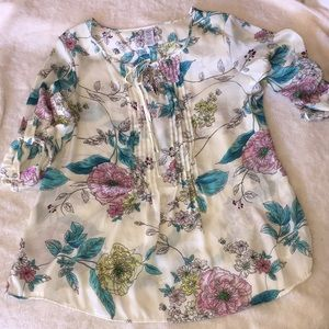 Floral blouse. 3/4 length sleeves